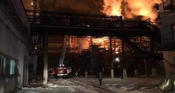 В Калуше – масштабный пожар на заводе по производству химикатов: фото, видео