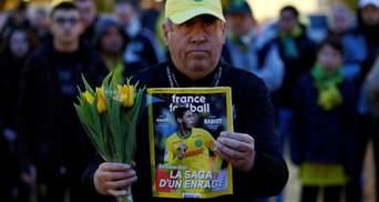 Во Франции люди чтят память пропавшего футболиста – приносят цветы и жгут фаеры: видео