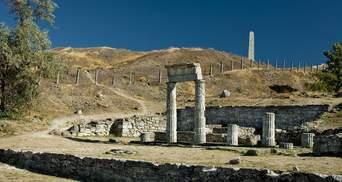 В окупованому Криму впали колони античного Пантікапея: фото, відео