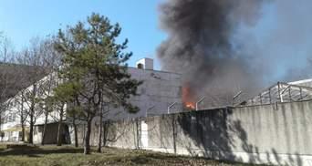 В окупованому Сімферополі сталася пожежа на заводі пластмас: фото, відео