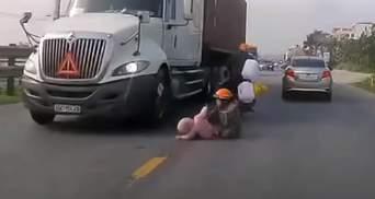 Жінка дивом встигла врятувати дитину, що впала під колеса фури: відео