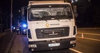 """Вантажівка """"Укрпошти"""" в'їхала в патрульне авто в Києві: фото, відео"""