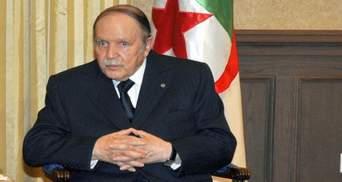 Президент Алжира вернулся в страну на фоне массовых протестов против него