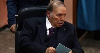 Президент Алжиру зняв свою кандидатуру з виборів, але самі вибори – переніс
