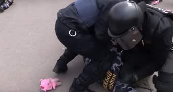 """Активисты """"Нацдружин"""" забросали правоохранителей игрушечными поросятами в Полтаве: фото и видео"""