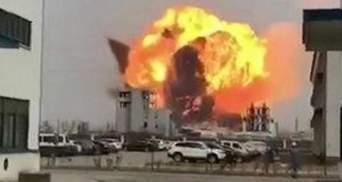 На хімзаводі у Китаї стався потужний вибух: є загиблі – відео 18+