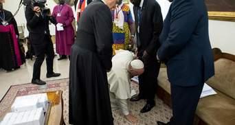 Папа Франциск поцілував ноги лідерам Південного Судану, аби ті зберегли мир: фото та відео