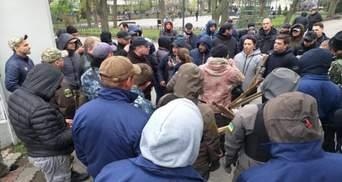 В Одессе активисты заблокировали вход в Летний театр: видео