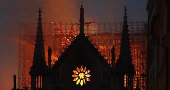 Парижани молилися на колінах, коли горів Нотр-Дам: відео