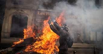 Каміння, спалені авто і сльозогінний газ: у Парижі спалахнули сутички на акціях до 1 травня