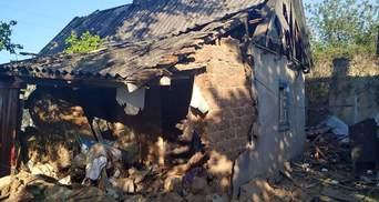 Оккупанты обстреляли жилые дома и автомобили в Марьинке: фото
