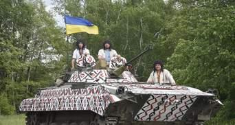 Украинские военные надели вышиванки и символически раскрасили БМП: впечатляющие фото и видео
