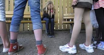 """Група школярок на """"стрілці"""" відгамселила ровесниць на Дніпропетровщині"""