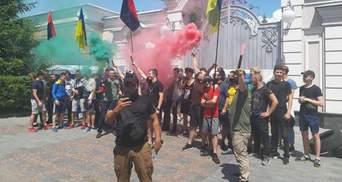 Активисты подожгли шины под имением Порошенко: чего требуют