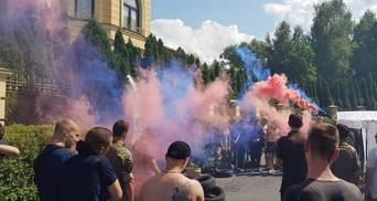 Протест с файерами устроили возле дома Гладковского: фото и видео