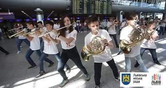 В аеропорту Львова влаштували яскравий флешмоб гостям Leopolis Jazz Fest: фото, відео