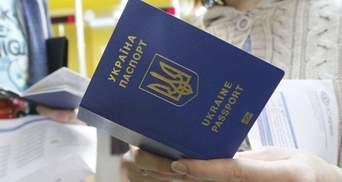Крымчане массово едут в Херсон оформлять украинские загранпаспорта: видео