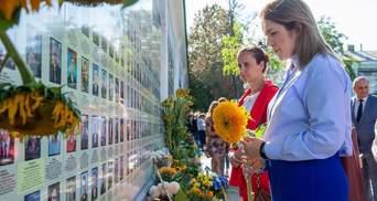Нардепы возложили цветы к Стене памяти с погибшими украинскими солдатами