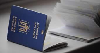 Банки могут обслуживать украинцев по загранпаспортам