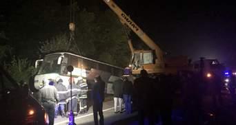 Смертельная авария на Житомирщине: тела погибших из-под автобуса доставали автокраном – фото
