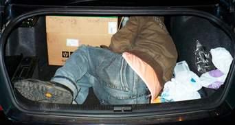 Пытали мужчину и закрыли в багажнике: 2-м полицейским с Киевщины объявили подозрение