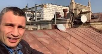 Кличко вылез на крышу дома в центре Киева и записал видео о сносе скандальной надстройки