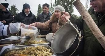 Росіяни відрами розібрали смажену картоплю на ярмарку: промовисті фото