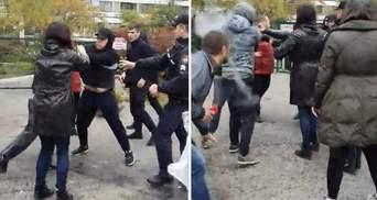 """В Одессе """"титушки"""" напали на людей, потому что те заблокировали незаконную застройку: видео"""