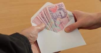 Зарплату держслужбовцям переведуть у безготівкову форму