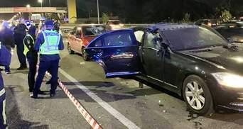 Мотоциклист бросил в автомобиль взрывчатку в Киеве: есть жертвы и пострадавшие – фото и видео
