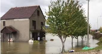 Потужні зливи накрили популярну країну для відпочинку: фото, відео