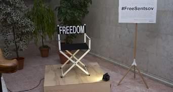 """Пристайко подарував Сенцову режисерський стілець із написом """"свобода"""": фото"""