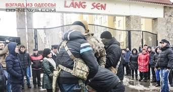 """Бійка та сльозогінний газ: агресивні молодики атакували в'єтнамців на """"Сьомому кілометрі"""""""