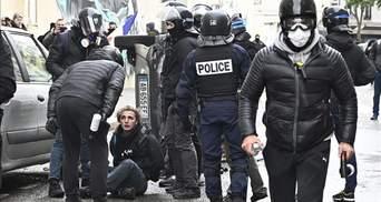 """У річницю початку руху """"жовтих жилетів"""" у Франції знову вибухнули протести"""