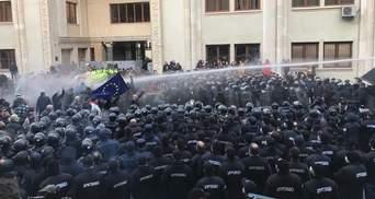 У Тбілісі поліція атакувала демонстрантів газом та водометами: фото та відео