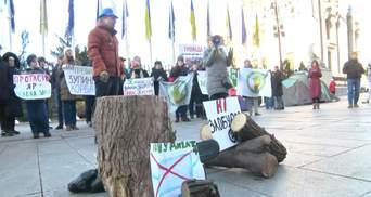 Колоди, бензопилка та вимоги до Зеленського: під ОП пройшла акція проти забудови Протасового Яру