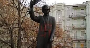 Вандали намалювали свастику на пам'ятнику Шолом-Алейхему у Києві: поліція відкрила справу