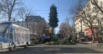 Несмотря на траур: в центре Одессы играет музыка и готовятся к Новому году – фото, видео