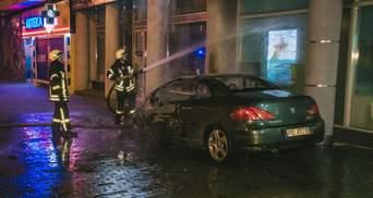 Через пожежу автомобіля постраждали приміщення банку та житлові квартири: фото та відео