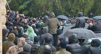 """Протести в окупованій Росією Абхазії: """"адміністрацію президента"""" захопили озброєні люди – фото"""