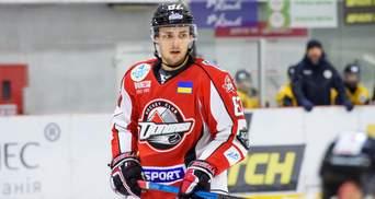 Хокеїст так хотів закинути шайбу у сенсаційному матчі, що підіграв рукою – відео