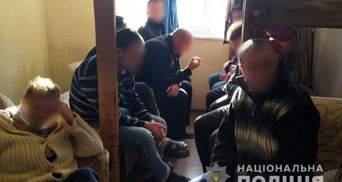 Обещали вылечить от наркозависимости: в Мариуполе в трудовом рабстве держали 30 человек – видео