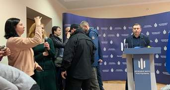 Охрана Бабикова силой вывела с брифинга Татьяну Чорновол: видео