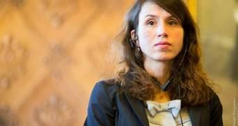 Татьяна Чорновол говорит, что сотрудники ГБР силовым приемом скрутили ей ногу