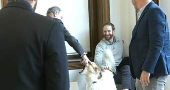 Мільярдер Блумберг привітався із собакою: замість лапи він чомусь потиснув йому морду – відео
