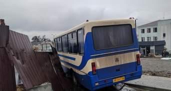 Водій автобуса зі школярами помер за кермом, машина влетіла у паркан: фото і відео