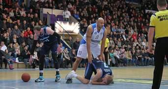 В Украине наказали баскетбольных арбитров, которые не заметили удар в лицо во время матча: видео
