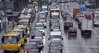 Київ скували сильні затори через зливу: ціни на таксі різко підскочили