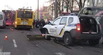 Поліцейський заснув за кермом і влетів у тролейбус у Кременчуці: фото, відео