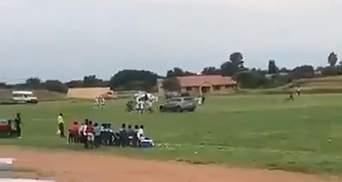 Вболівальник на автомобілі виїхав на футбольне поле та намагався збити суддю та гравців: відео